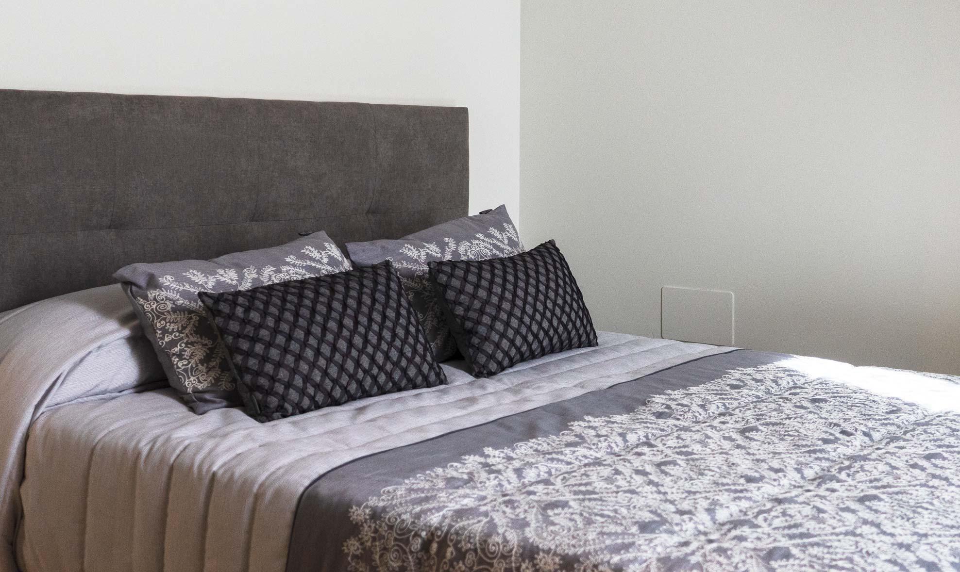 Habitación con una cama para dos personas, situada en la planta baja de la casa rural.